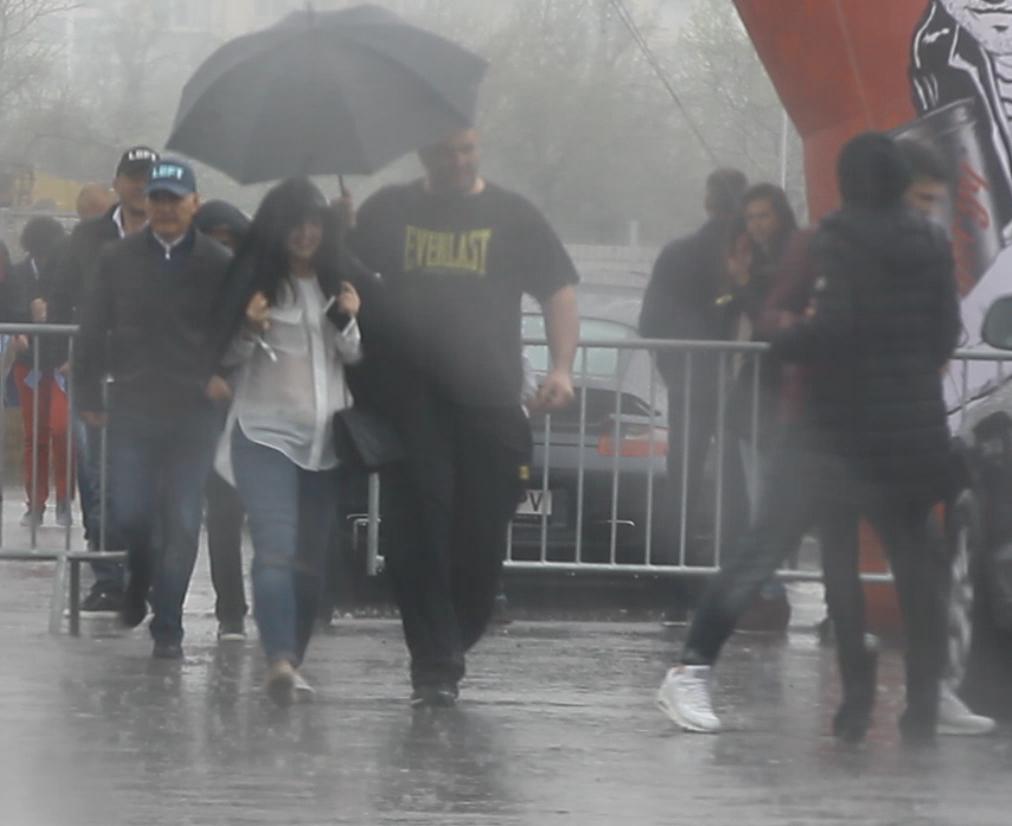 Pentru a nu fi udate de ploaie, bodyguardul le-a adus pe rand pe fetele lui Gigi la masina