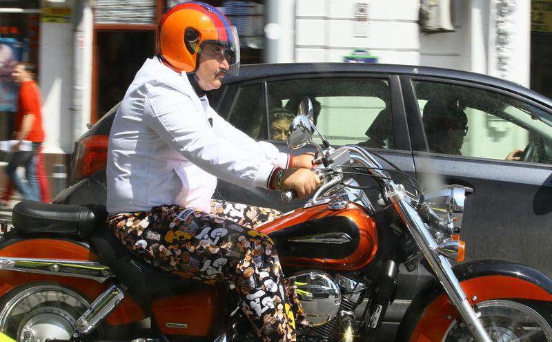 Motocicleta lui Nutu a fost admirata de oamenii din trafic