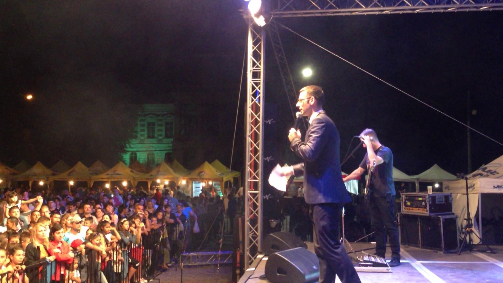 Radu Tudor a initial o rugaciune colectiva pentru Cotabita la Calarasi, la Festivalul Flori de Mai