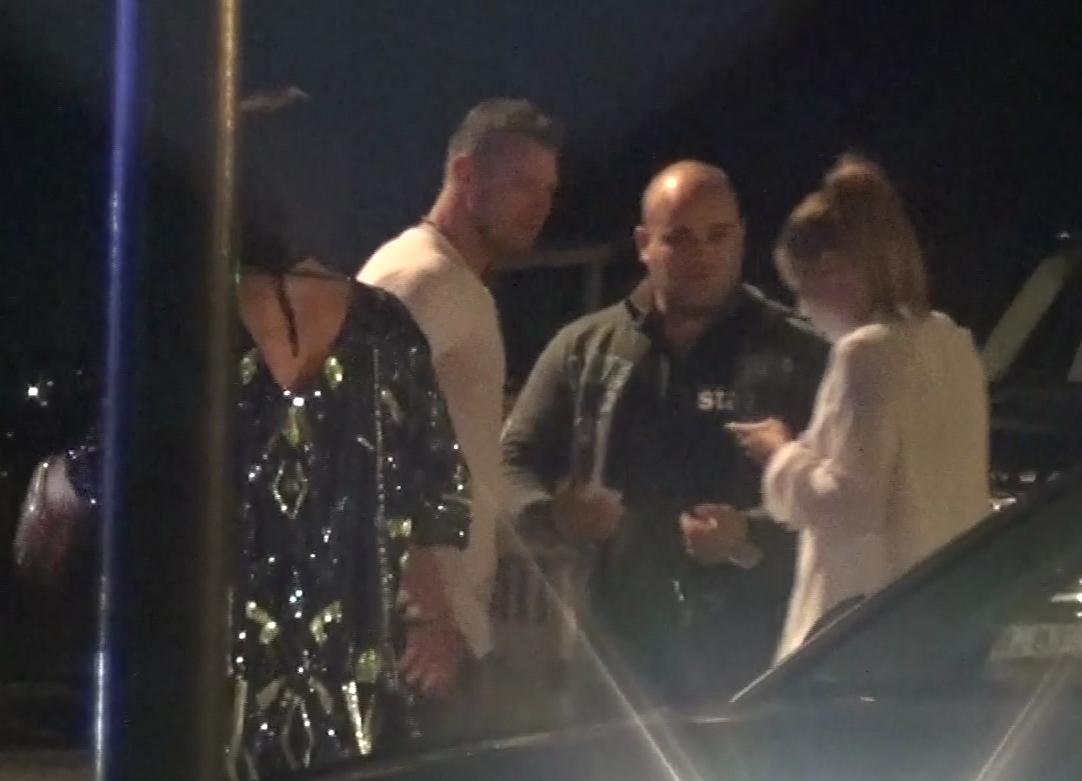 Marius Niculae a iesit din club si discuta cu un prieten
