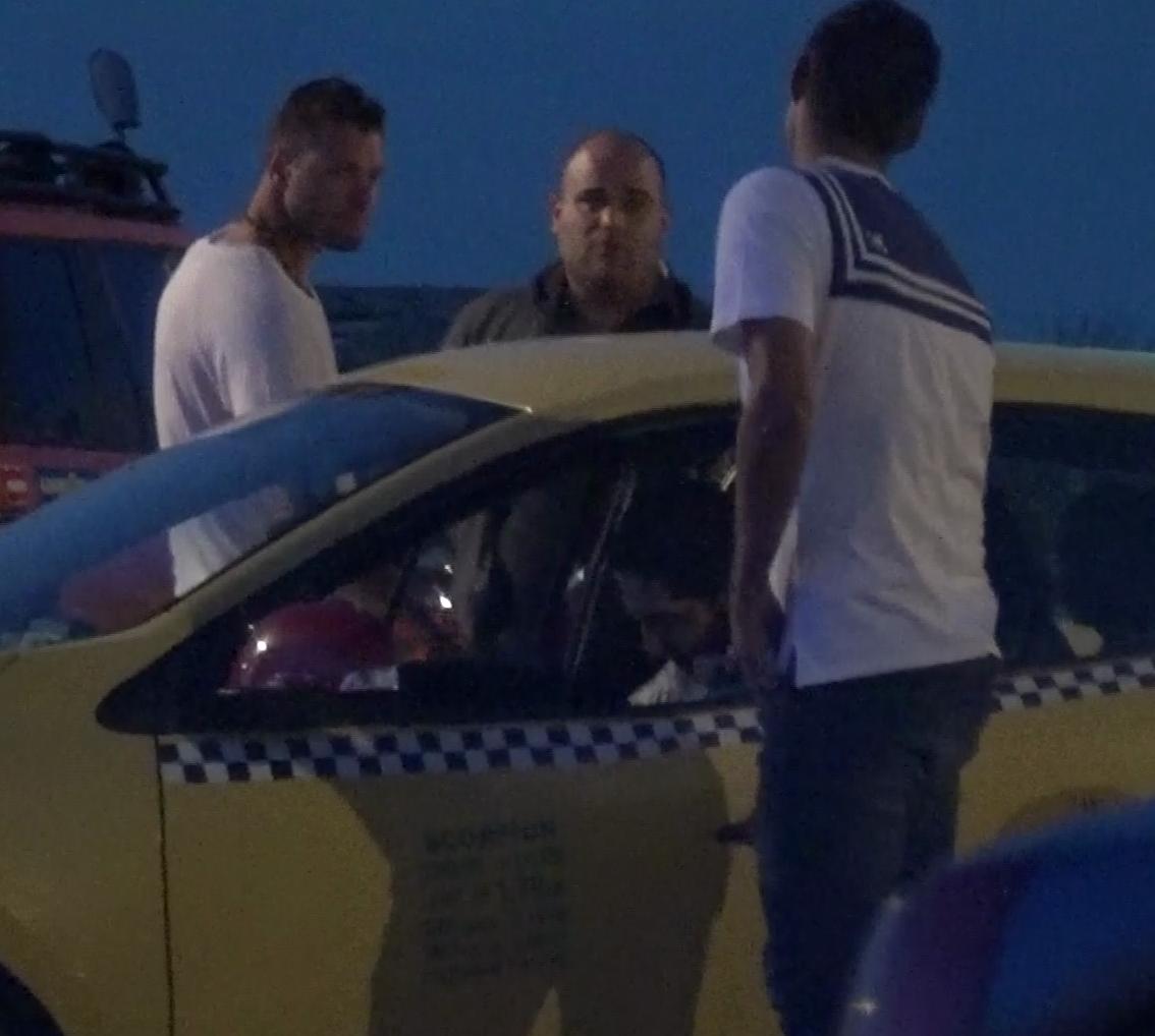 Tamas a mers sa achite taxiul, iar apoi si-a asteptat prietenul, Marius Niculae avand o discutie prelungita cu soferul masinii