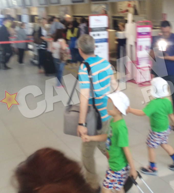 Cei doi copii au facut furori pe aeroport. Ei sunt imbracati la fel si isi duc mandri trolerele