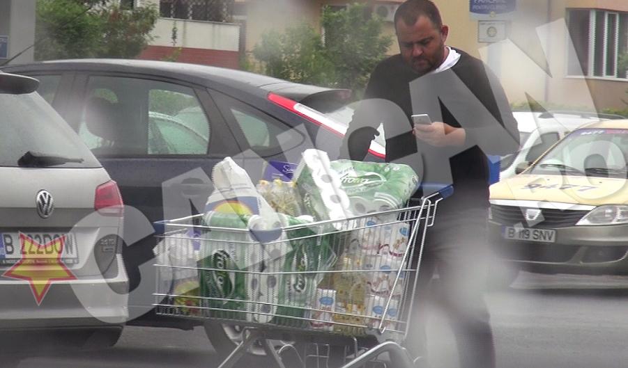 Barbatul a asezat singur produsele in portbagaj