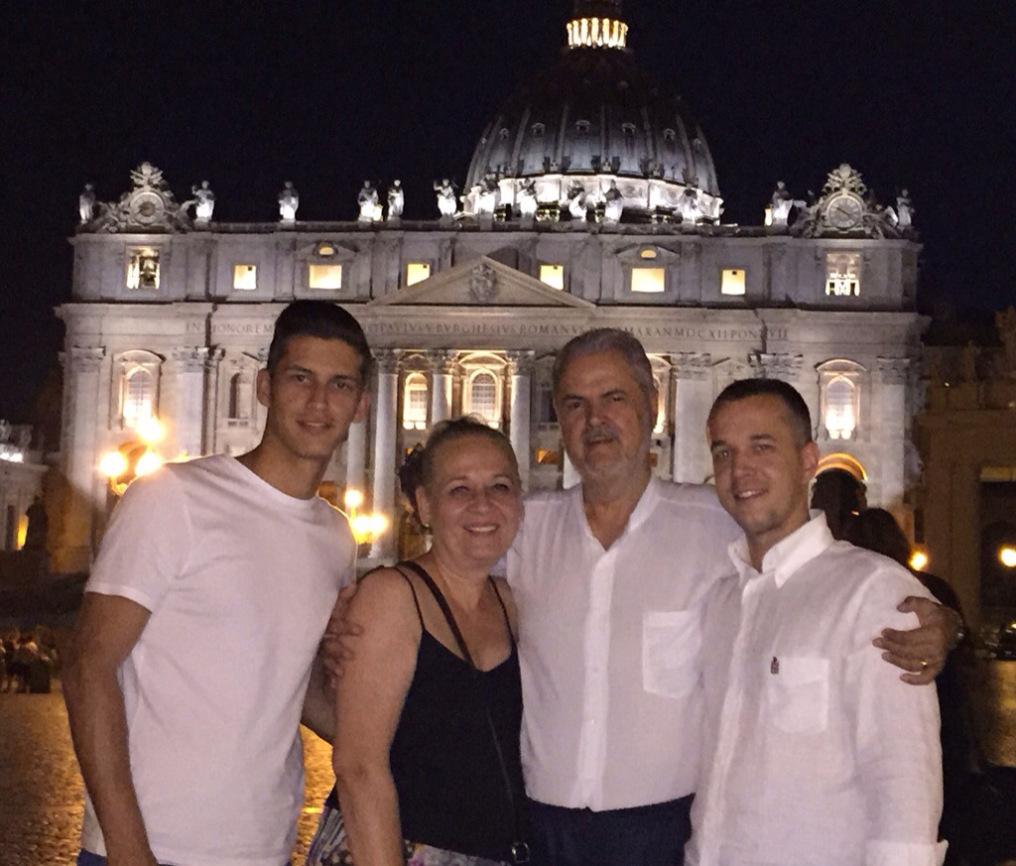 Fostul premier Adrian Nastase se mandreste cu familia sa