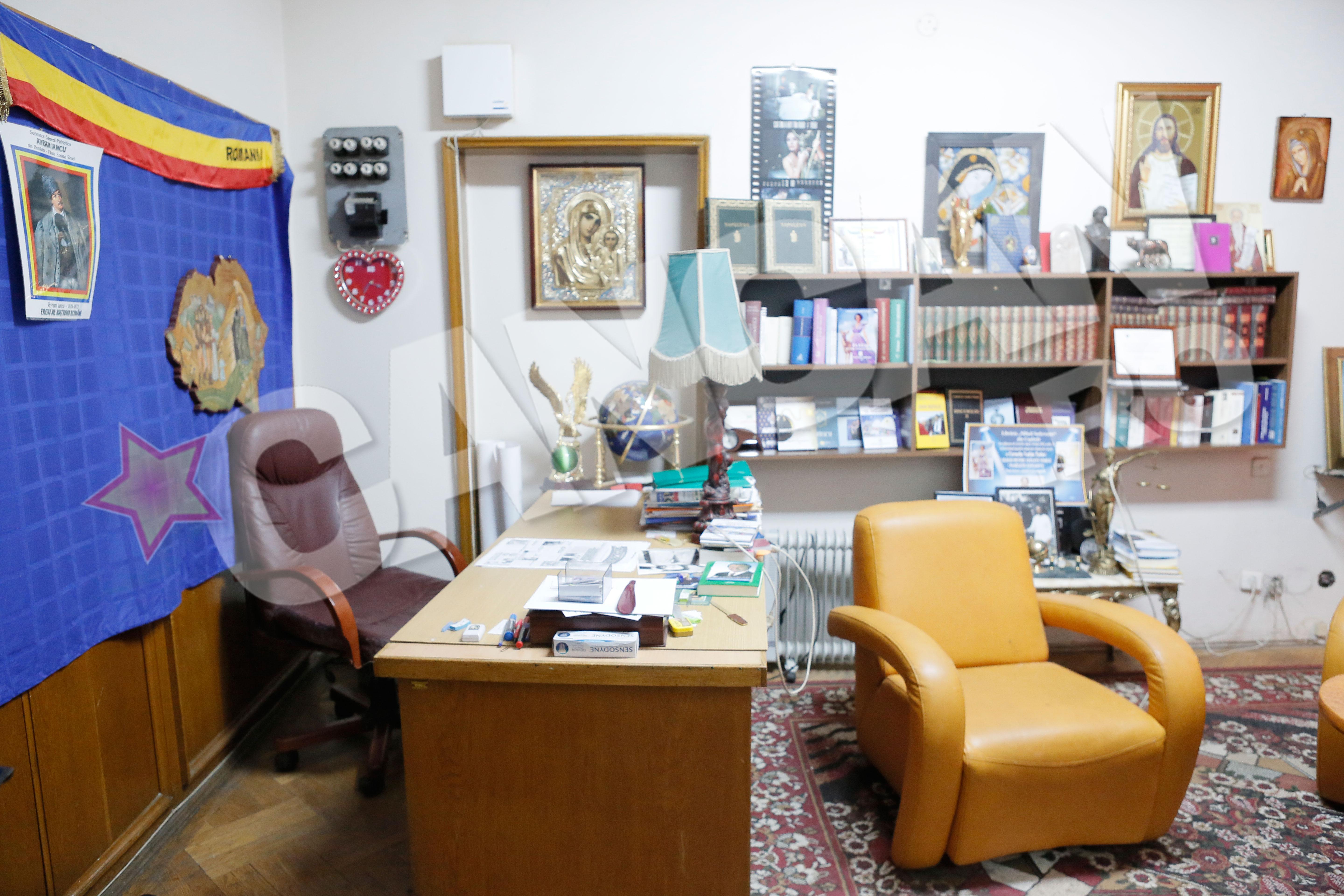 Biroul lui Vadim Tudor era incarcat cu imagini cu fel si fel de personaje