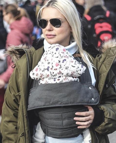 Jojo a mers la protestul mămicilor din faţa Guvernului împreună cu fiica de numai 3 săptămâni