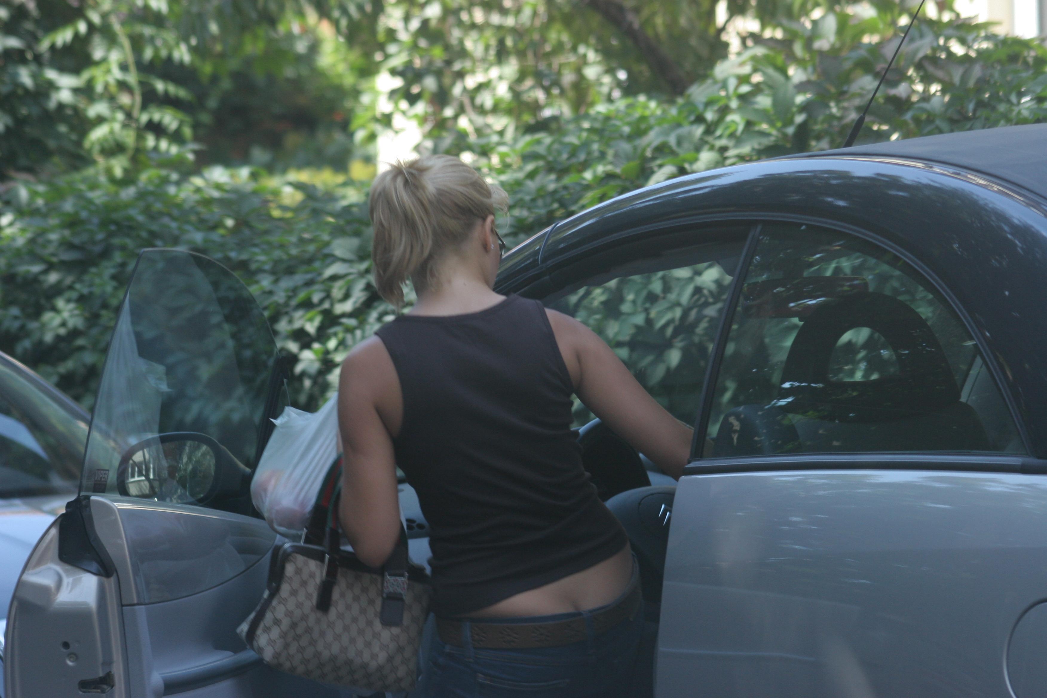 Gina Pistol nu a rămas nici ea mai în urmă, iar pantalonii cu talie joasă i-au dezgolit posteriorul