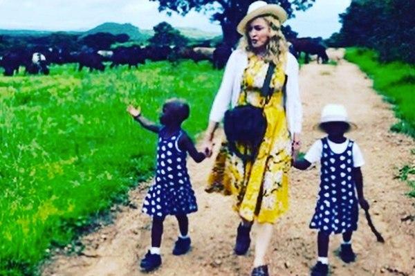 Madonna le-a prezentat prietenilor pe fiicele ei gemene