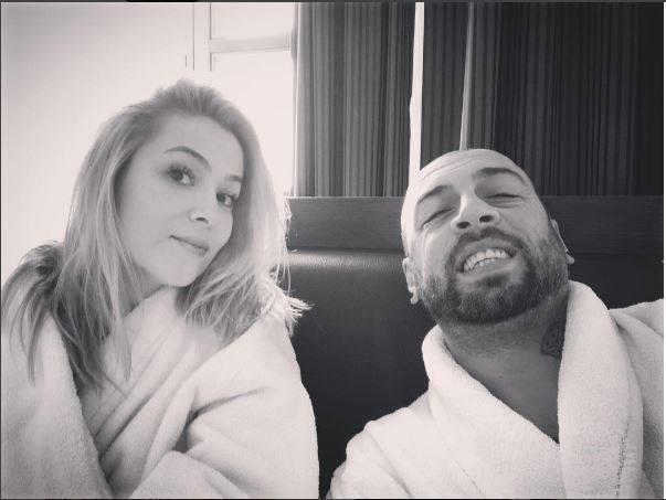 CRBL şi soţia lui s-au pozat în halate de baie.