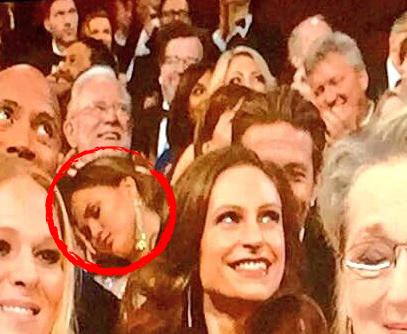 """Chrissy Teigen a tras un """"pui"""" de somn în timpul ceremoniei de decernare a premiilor Oscar."""