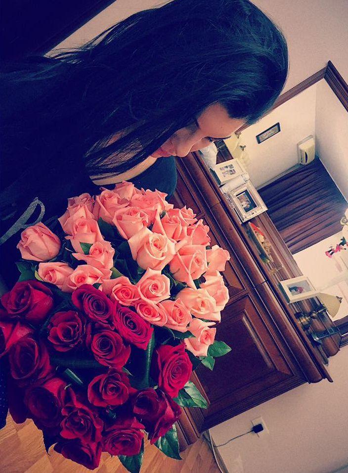 Tonciu a primit un buchet de trandafiri de la soţul ei.
