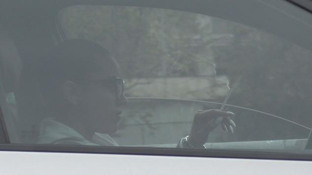 Carmen Minune se relaxează în trafic fumând  sursă foto: wowbiz.ro