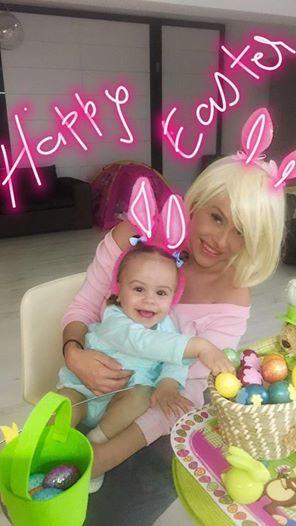 Anda şi fetiţa ei au ţinut să transmită prietenilor virtuali un mesaj cu ocazia sărbătorilor de Paşte