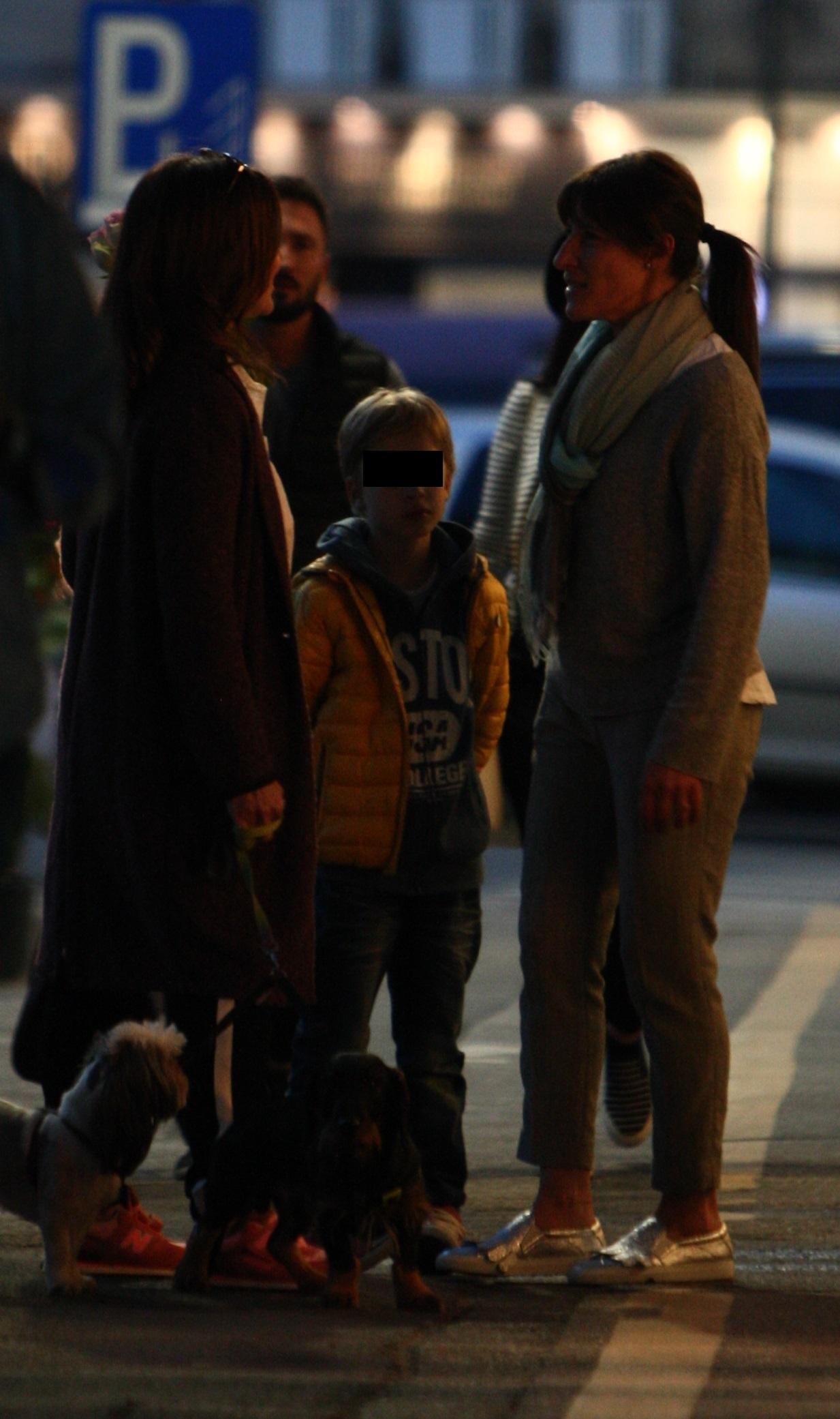 Oana Sârbu a ieşit la plimbare cu fiul şi căţeii