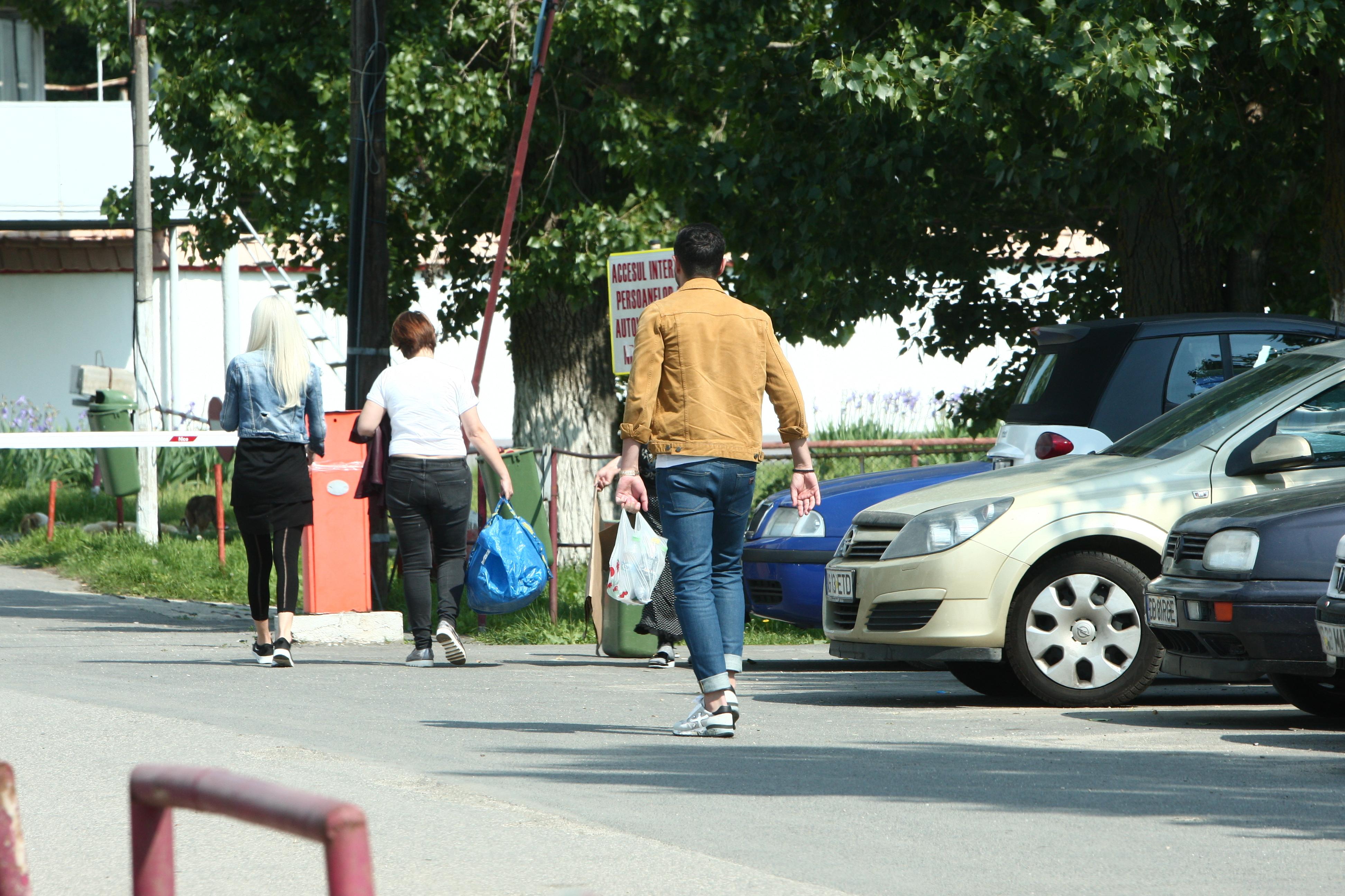 Alin Cocoş a păstrat distanţa faţă de Raluca Miu şi de doamna care o însoţea pe aceasta