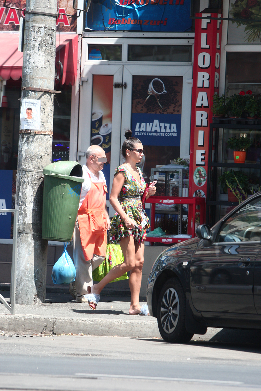 Un domn în vârstă i-a cărat Elenei Băsescu plasele până la maşină