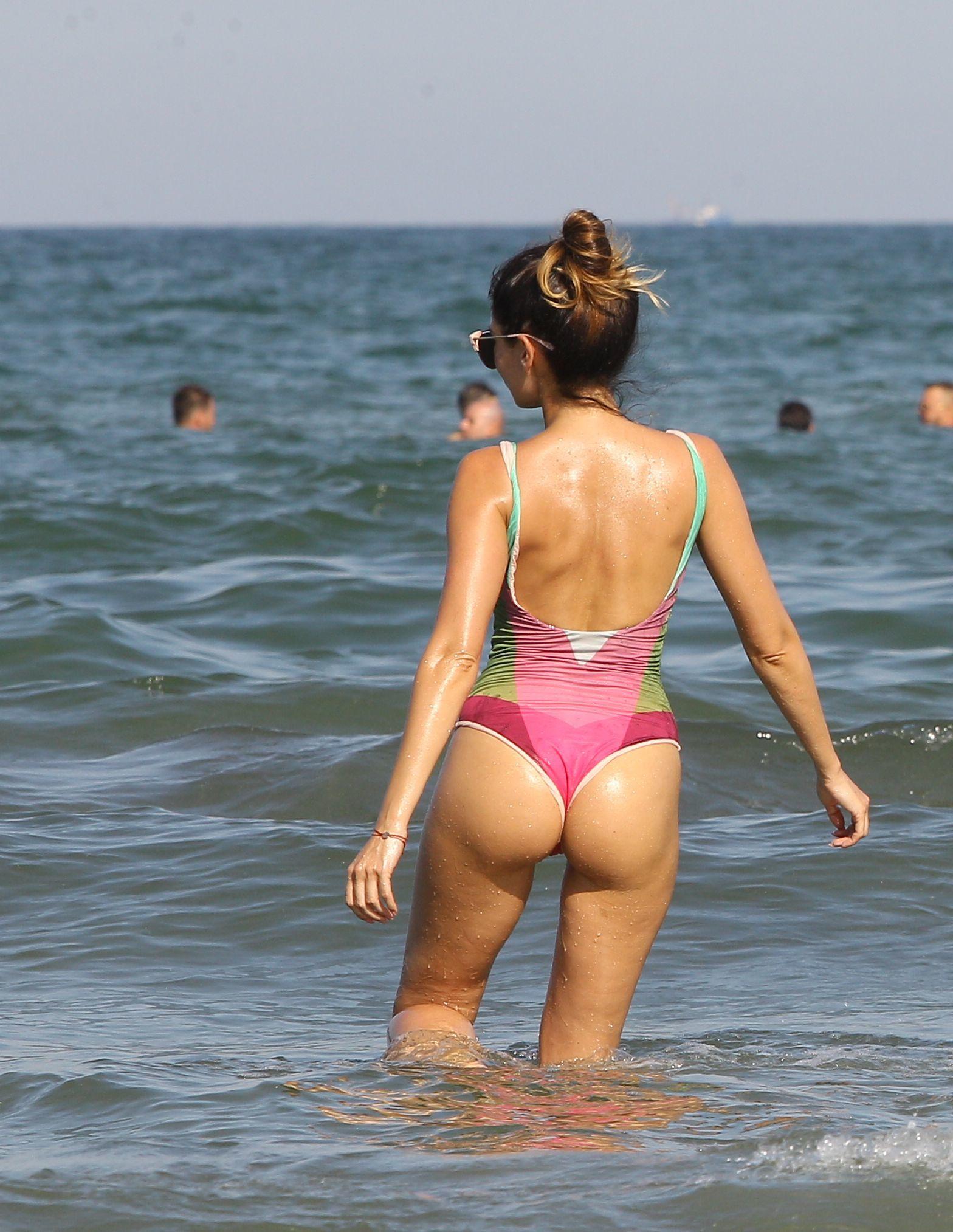 Deşi Andrei s-a afişat la braţul unei hostese, Andra Trandaş se distrează pe cinste la plajă, semn că noua viaţă amoroasă a fostului ei iubit nu o mai afectează deloc, iar