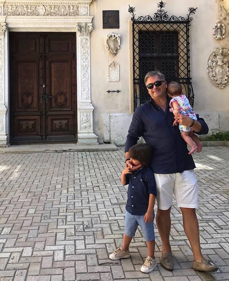 Mircea Radu, împreună cu cei doi copii