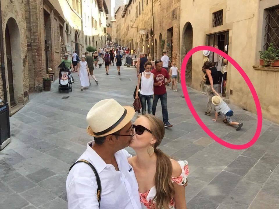 Robert Turcescu şi soţia au vrut să se pozeze romantic, dar femeia cu copilul din spate le-au stricat fotografia