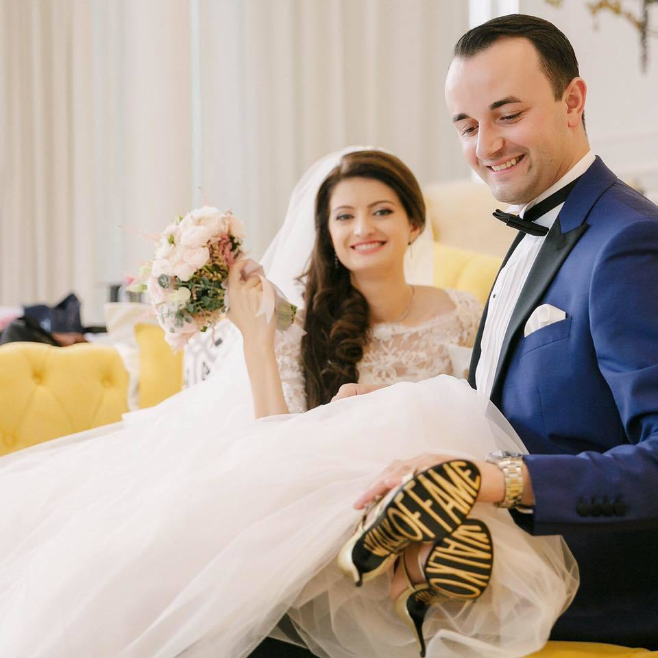 Crina este extrem de fericită şi în viaţa personală, după ce s-a căsătorit cu Rareş Florea, directorul comercial al unei companii de top din Europa