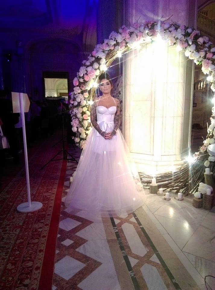 Roxana Vancea a îmbrăcat rochia de mireasă în cadrul unui târg de nunţi.