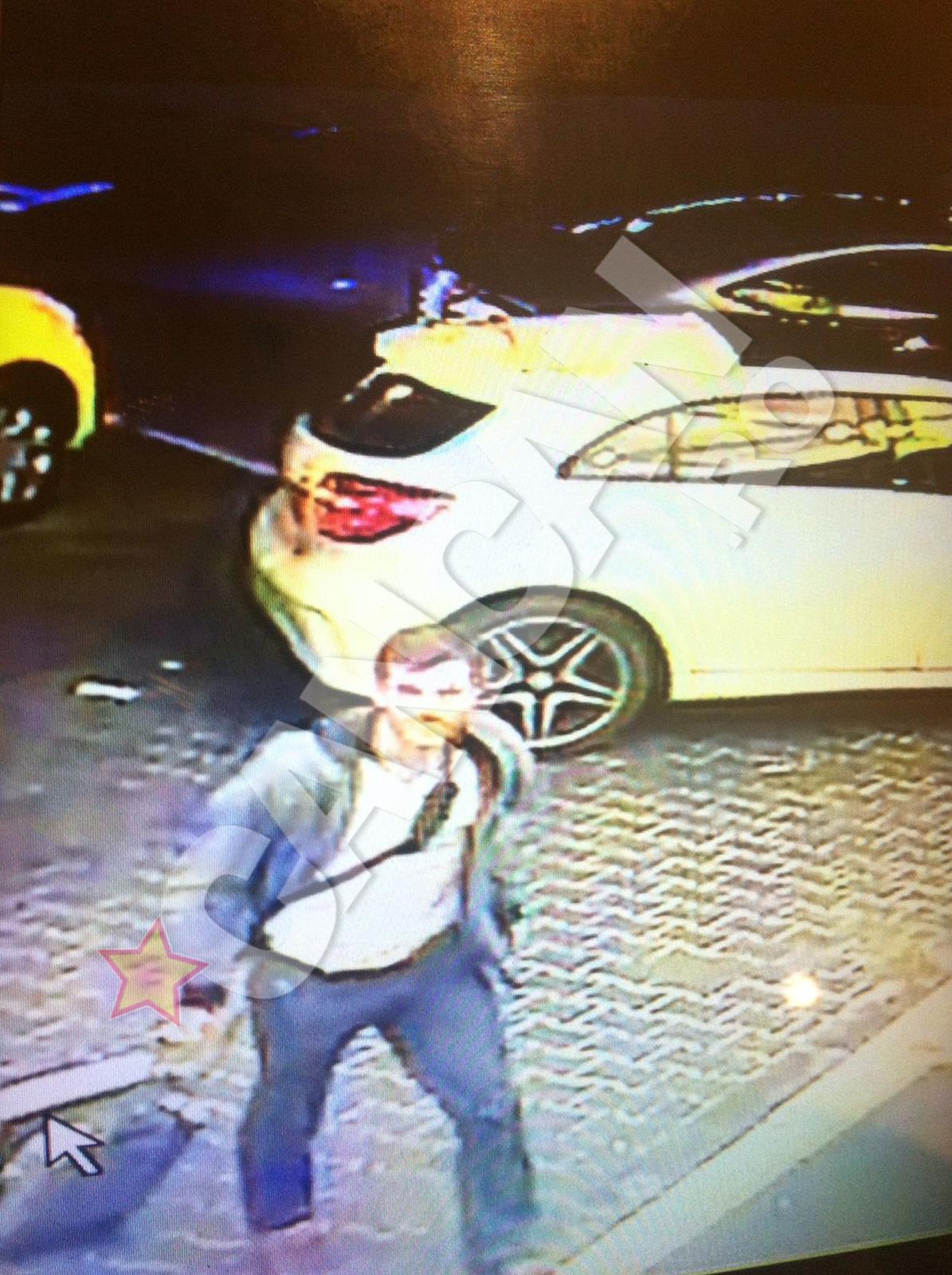 Ron Weiner, filmat în timp ce trăgea după el un troler (ticsit cu aparatură de filaj) în parcarea din spatele Hotelului Marriott