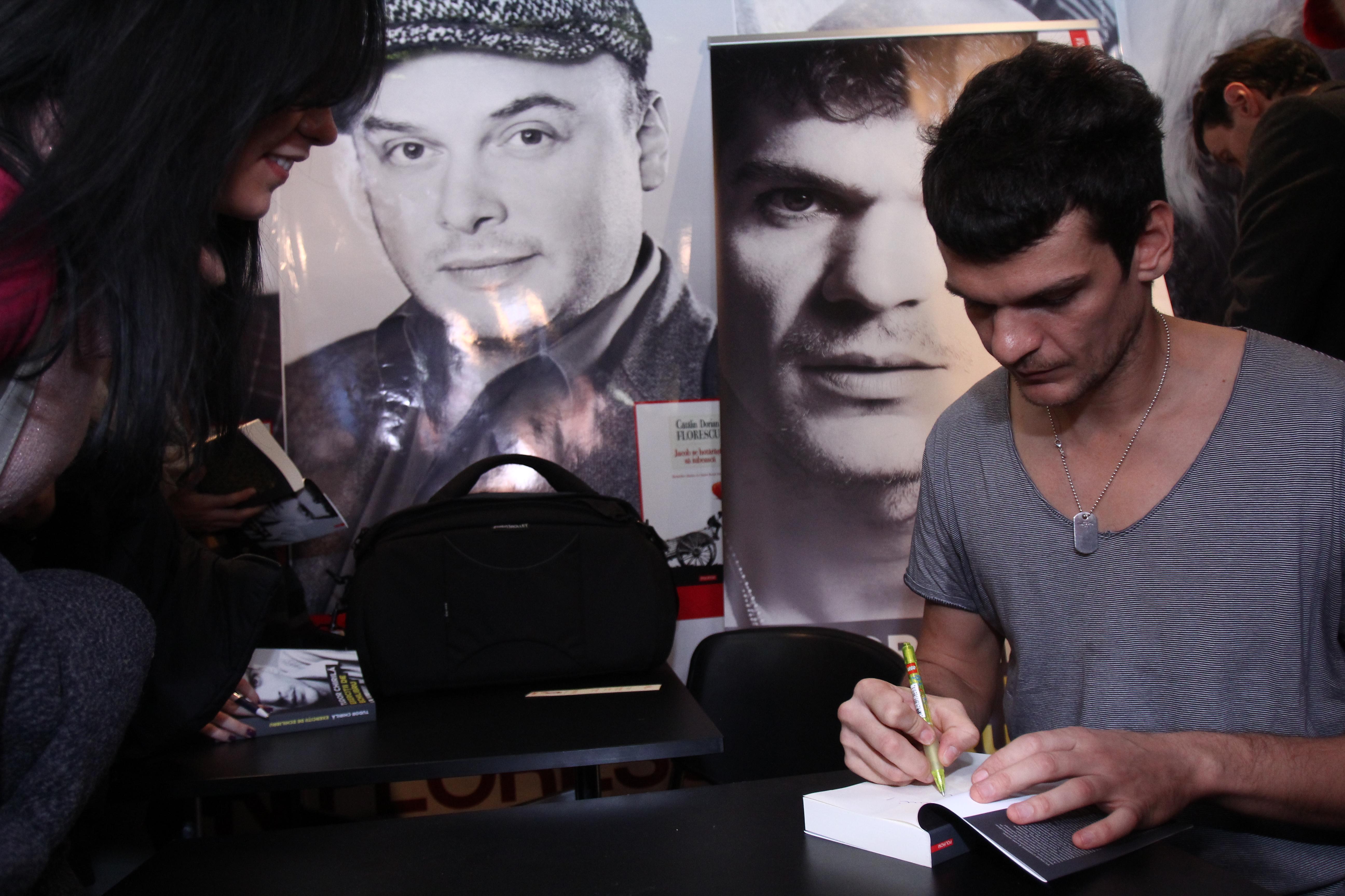 Artistul a fost asaltat de admiratoare, care au cerut sa le semneze pe carte