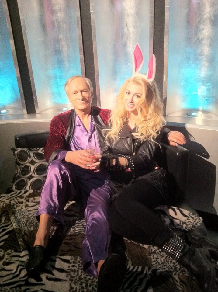 Bălan se simte tare bine în vacanţă! Blondina s-a pozat în braţele lui Hugh Hefner şi s-a comportat ca un iepuraş veritabil!