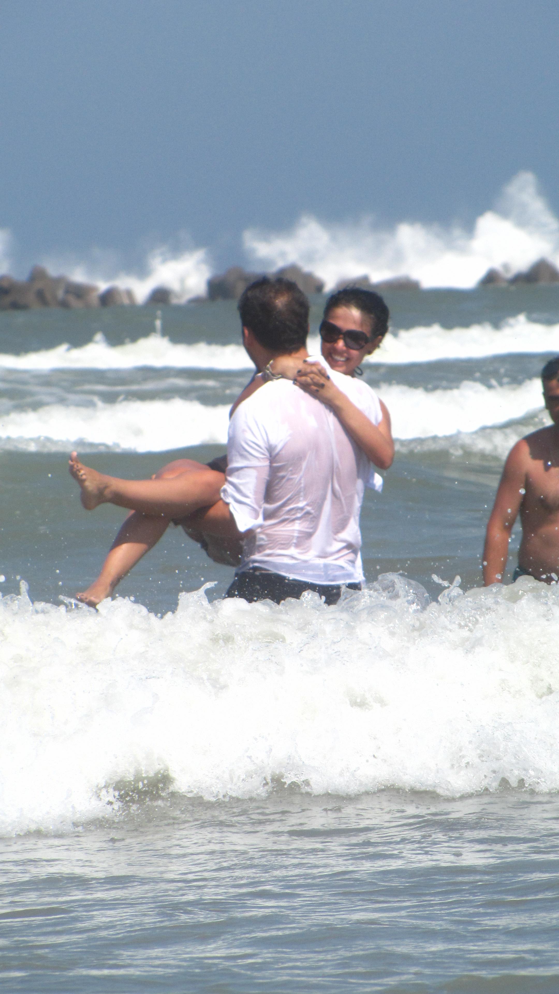 Chiar daca era imbracat, Stan a luat-o pe Andreea in brate si a intrat asa in apa marii