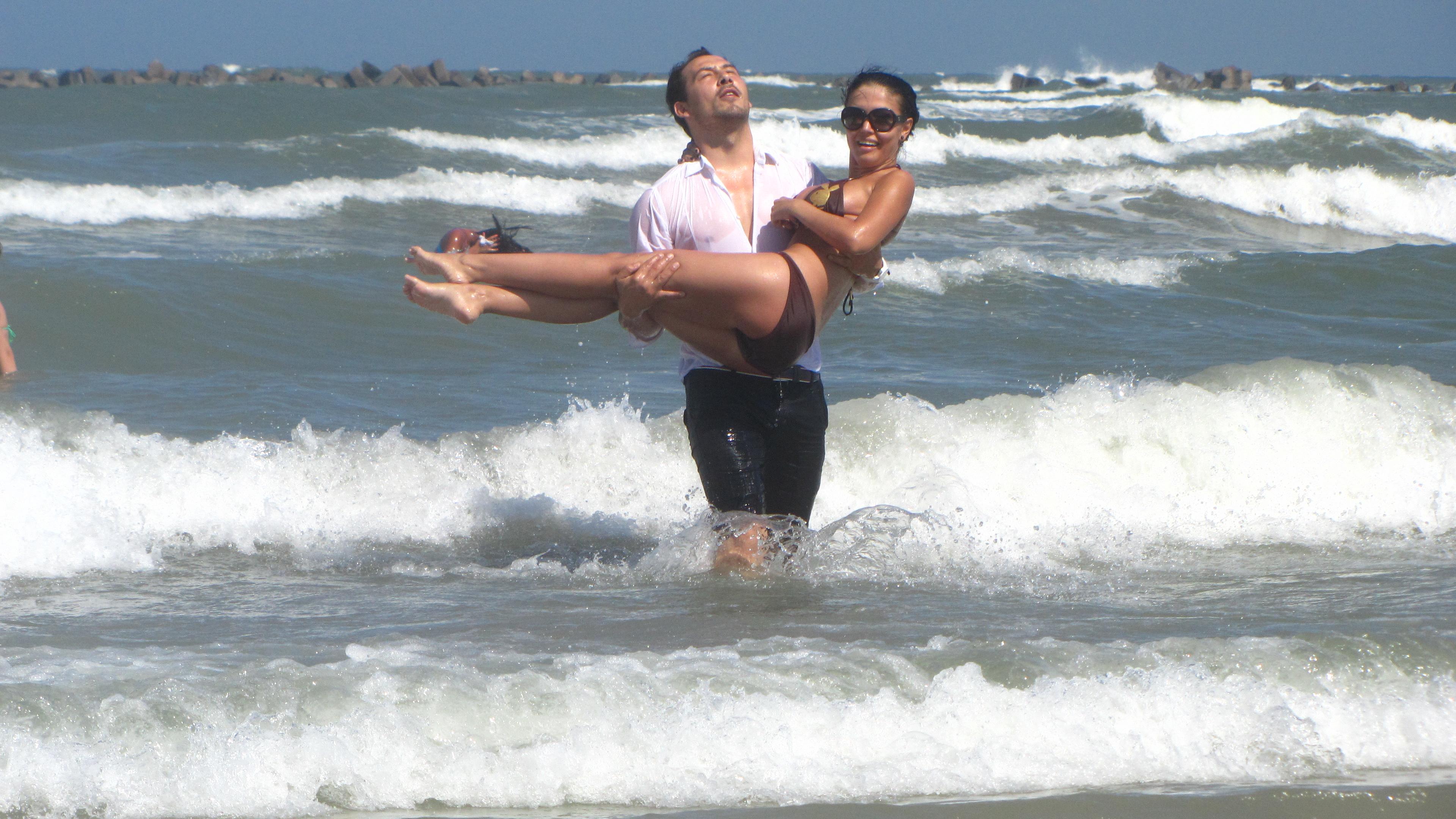 Pentru ca Andreea sa nu se murdareasca de nisip, stan o poarta in brate pana pe plaja
