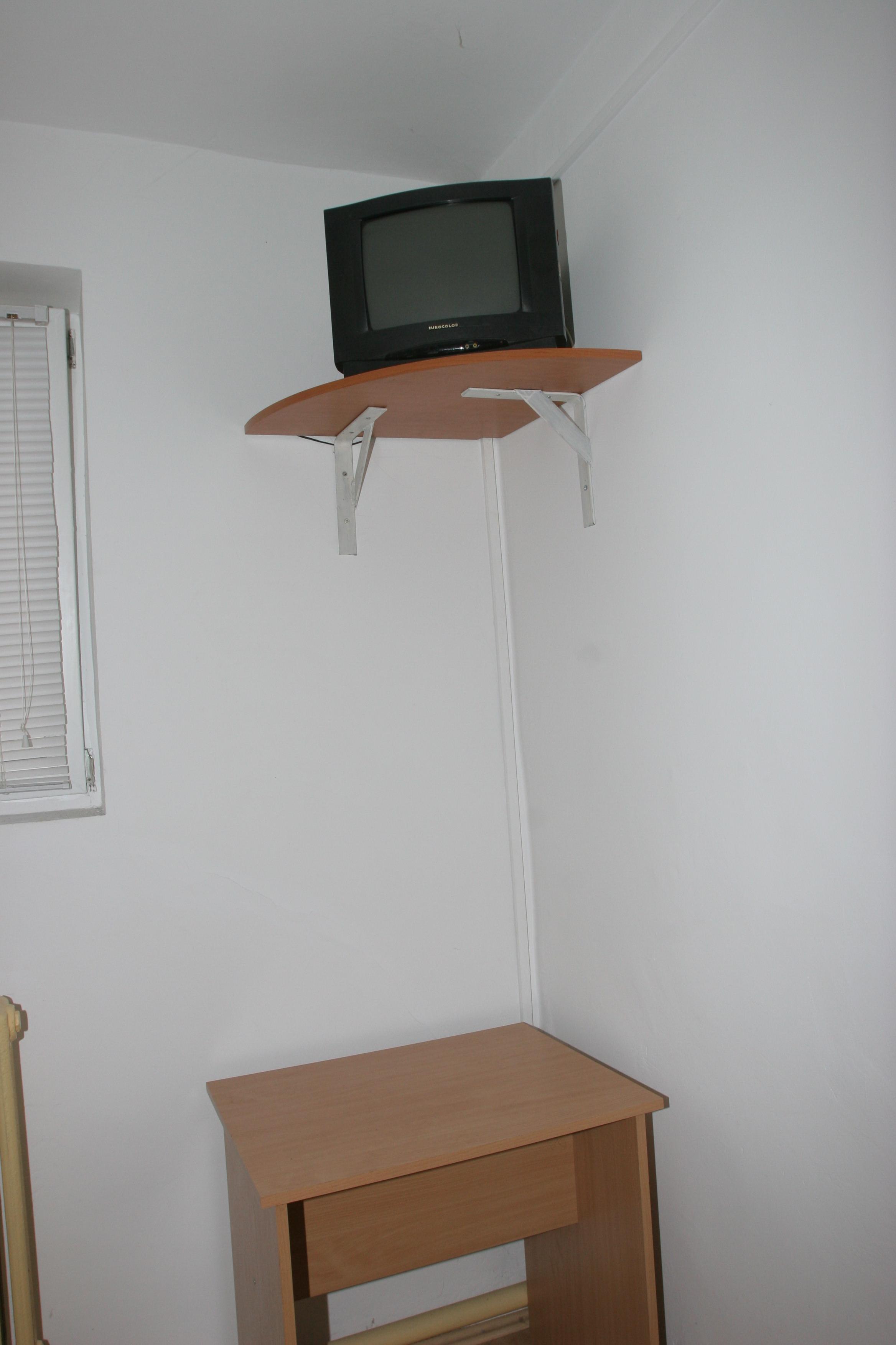 Incaperea este dotata cu un televizor in incercarea de a reconstitui cat mai fidel un dormitor conjugal