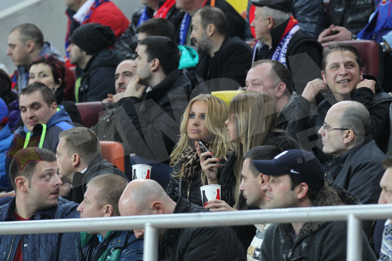 Marina Dina a facut poze si a vorbit la telefon pe tot parcursul meciului