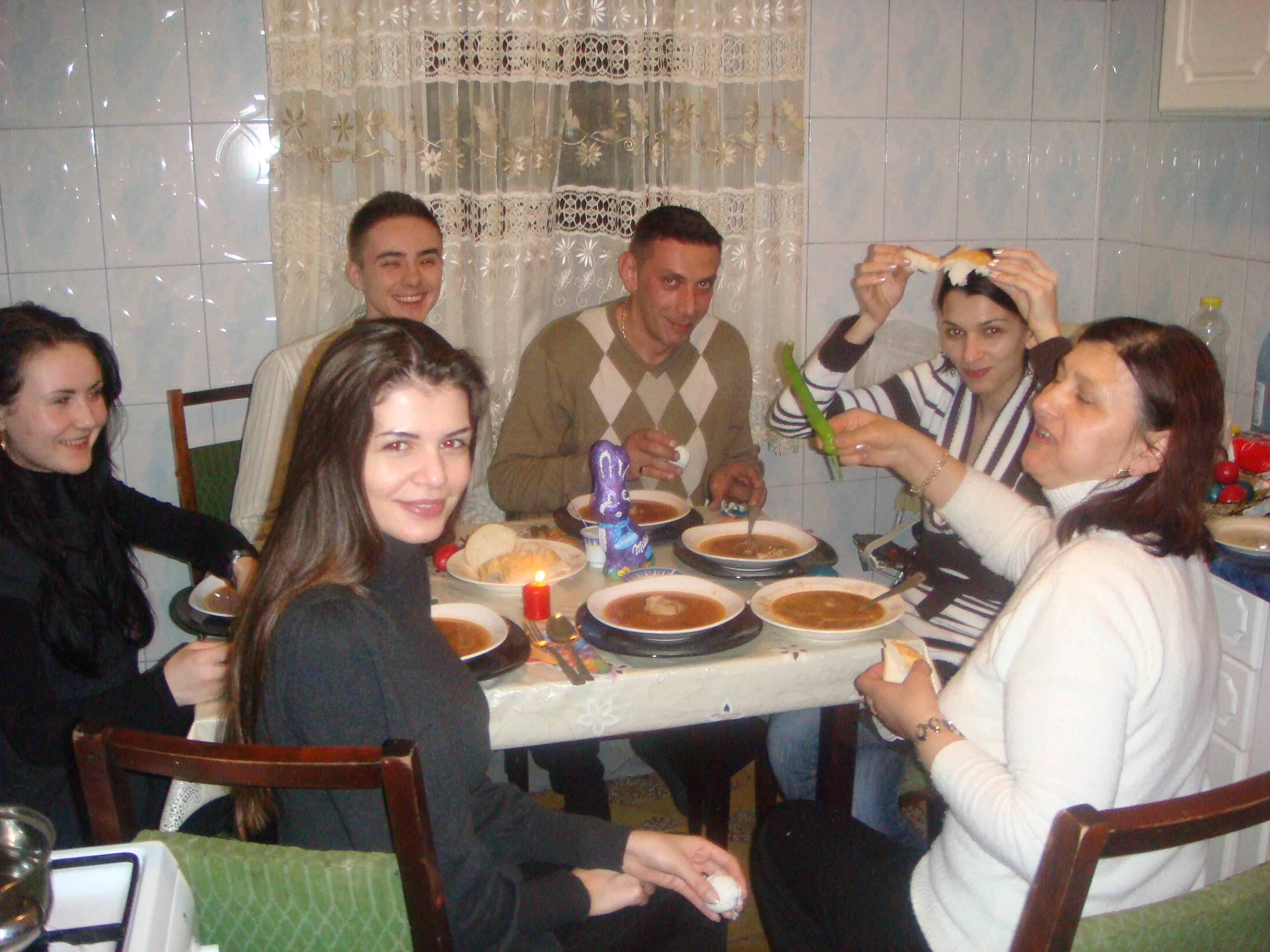 Un Paste in familia reunita Gabor, la Bacau. Moni, Ramona, sora lor mai mare, Alina si mama Veronica degustau o ciorbita de miel