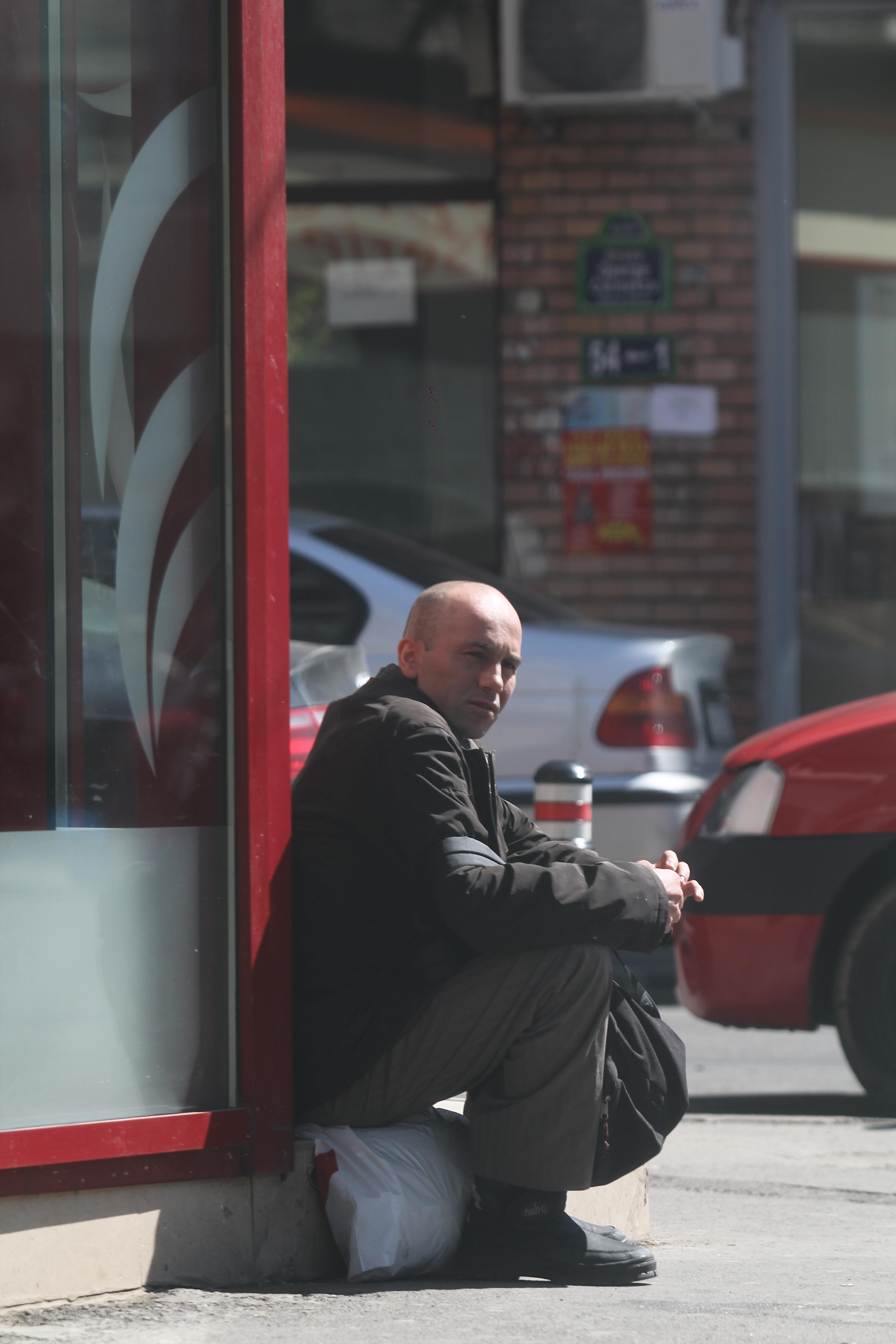 Mircea Balaban cerseste in fata patiseriei lui George Copos