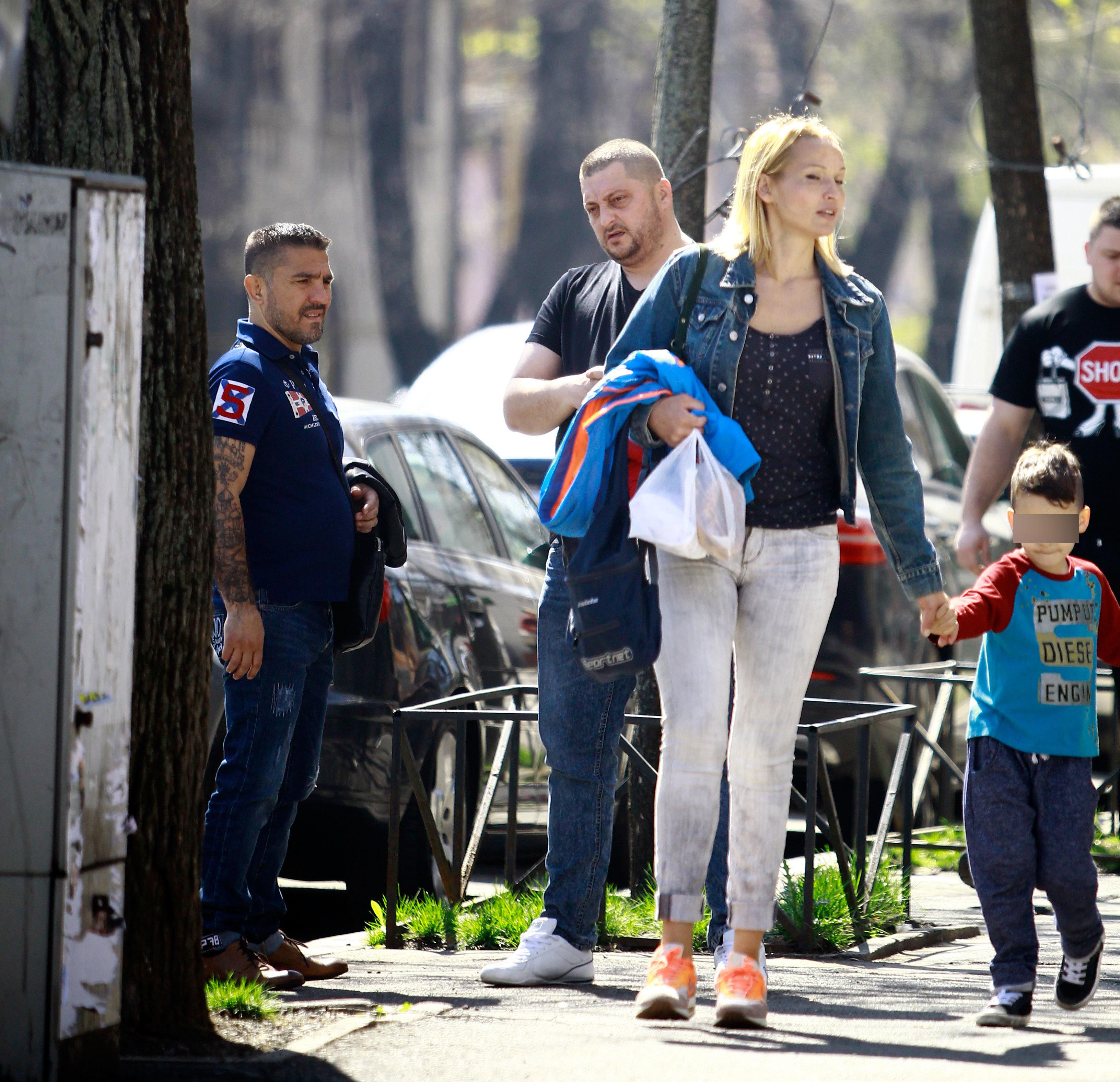 Costel şi-a sucit gâtul după o doamnă blondă, cu copil