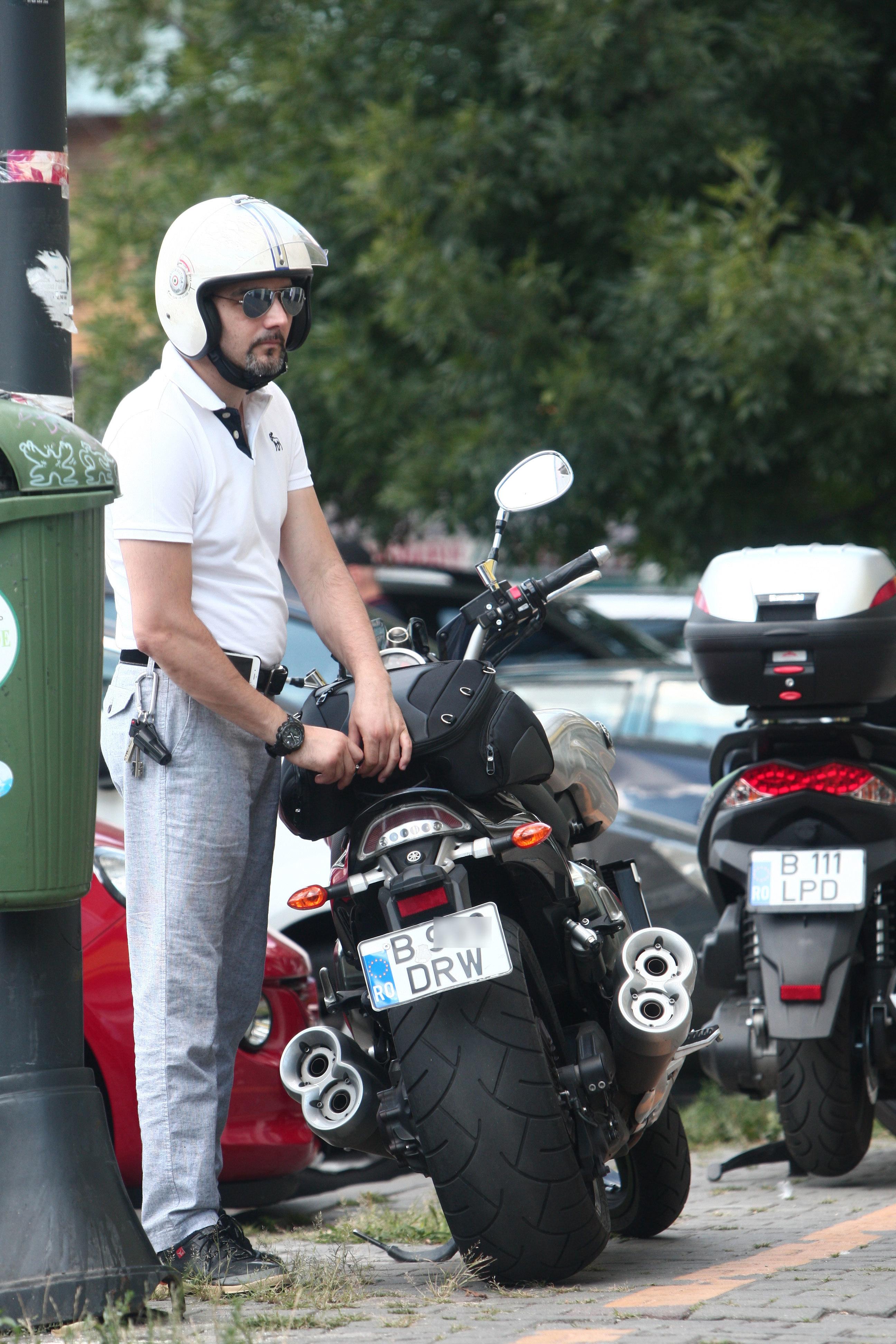 Andrei Patriciu se deplasează prin oraş cu motorul