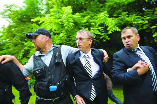 Oamenii de ordine l-au scos pe Marcel Hoară din mijlocul manifestanţilor furioşi, în mai 2010