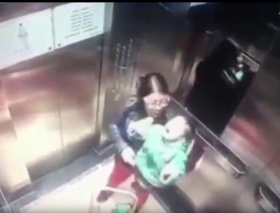 VIDEO. Bonă care a lovit cu bestialitate un bebeluş, filmată în lift. Părinţii au dat-o pe mâna Poliţiei!