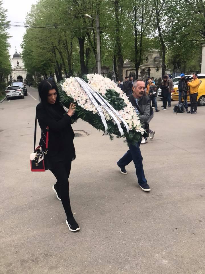 Andreea Tonciu și taăl ei au adus o coroană în formă de inimă la Capela Cimitirului Bellu, acolo unde este depus sicriul cu trupul neînsuflețit al Ionelei Prodan