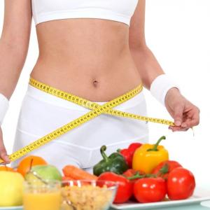 Nutriționiștii ne spun care sunt cele mai sănătoase diete de slăbit - tânără care își măsoară talia