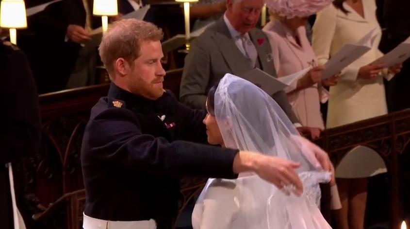 Prințul Harry a îndepărtat voalul lui Meghan Markle, în fața altarului