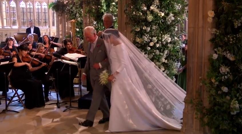 Emoționată, Meghan Markle a mers la altar, la brațul Prințului Charles