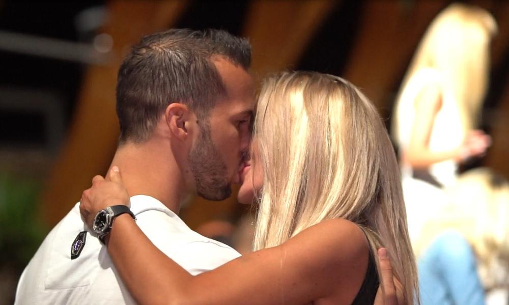 EXCLUSIV   Bianca Drăgușanu și Tristan, sărut ca în filme la Mamaia