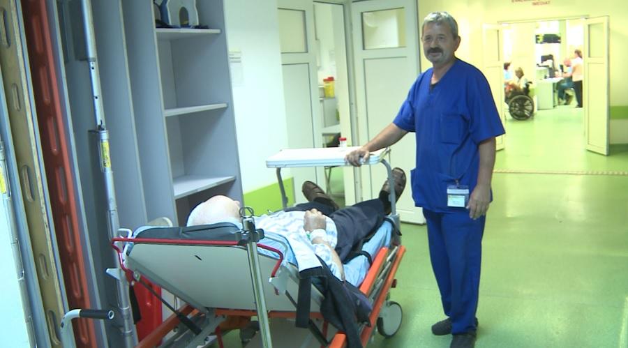Brancardierii îl așteaptă pe medic cu brațele deschise
