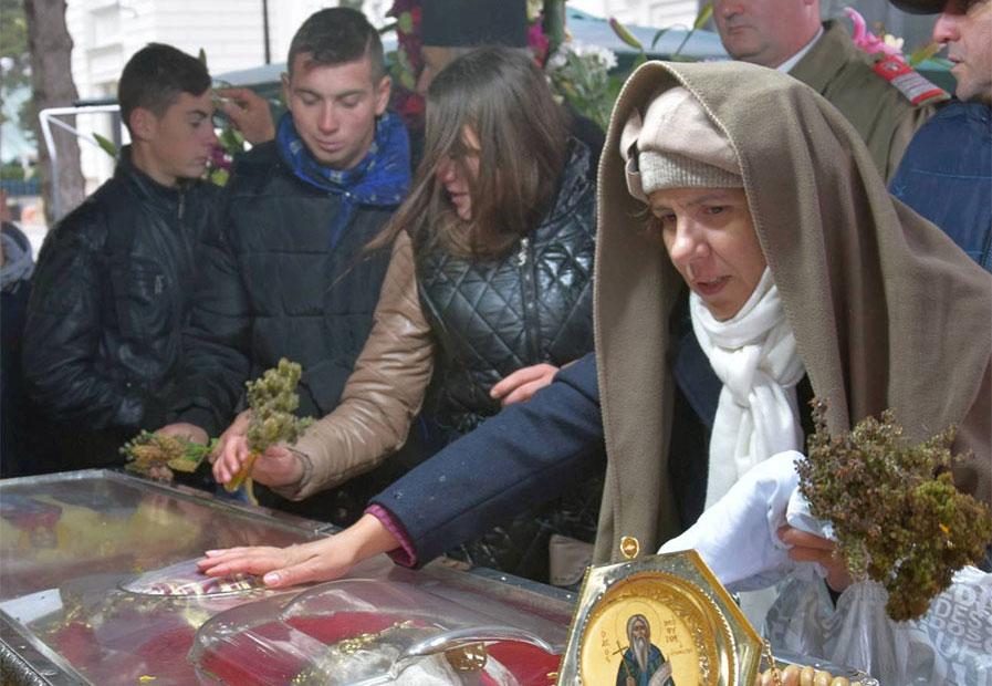 Ce a patit o fată dupa ce s-a rugat la Sf Parascheva! Asa ceva...