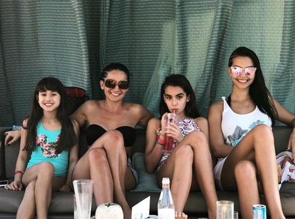 Sandra, actuala soíe a lui Adrian, alături de cele două fiice ale lui, Adriana și Maya, și de o prietenă de familie.