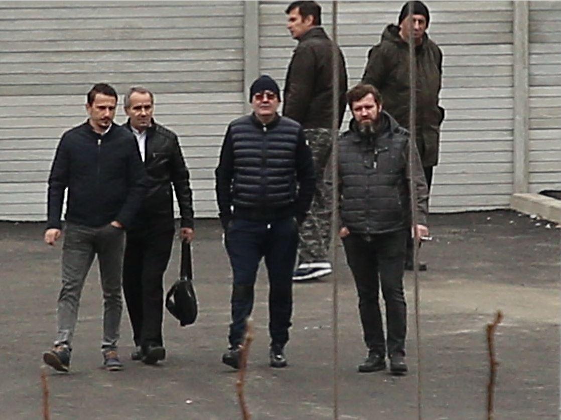 Dan Nicorescu, în mijlocul echipei (co ochelari), dă indicații stricte