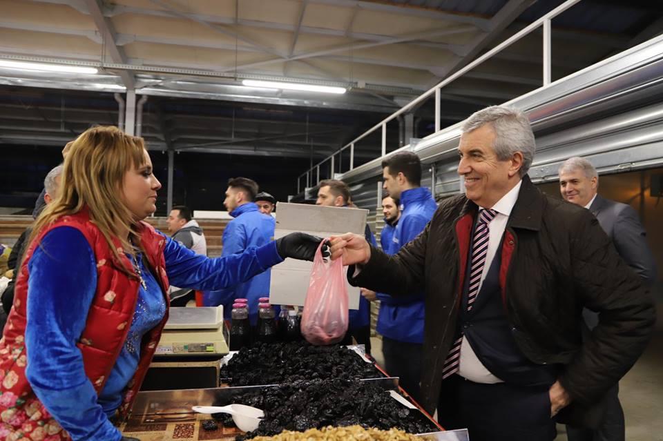 Normalitatea în România de azi. Călin Popescu Tăriceanu a cumpărat prune uscate în Piața Gorjului