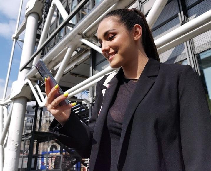 N-ai fi zis! Ce telefon mobil are Alexia Eram, fiica Andreei Esca. Câți lei costă