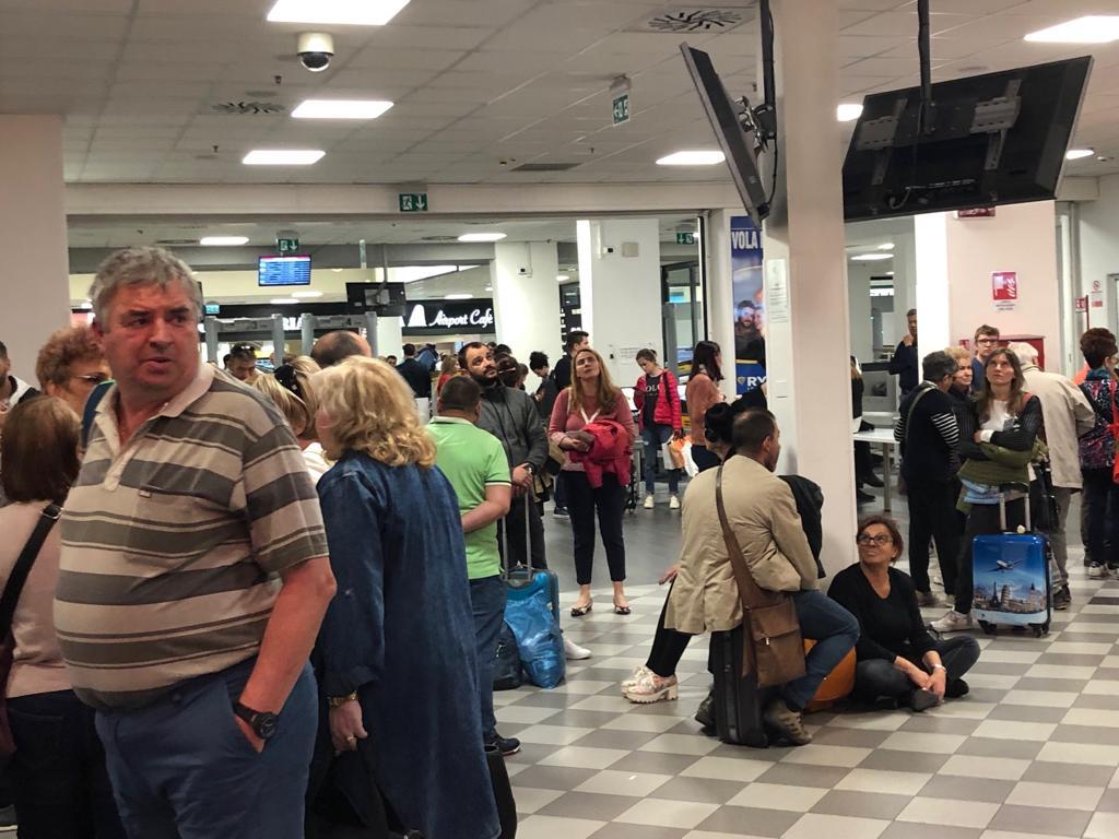 Românii așteaptă în aeroportul din Pisa neștiind ce se întâmplă. Nimeni nu a anunțat ce și cum